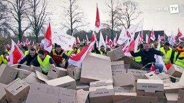 Die Beschäftigten beim Privaten Transport- und Verkehrsgewerbe Hessen reißen Mauern ein