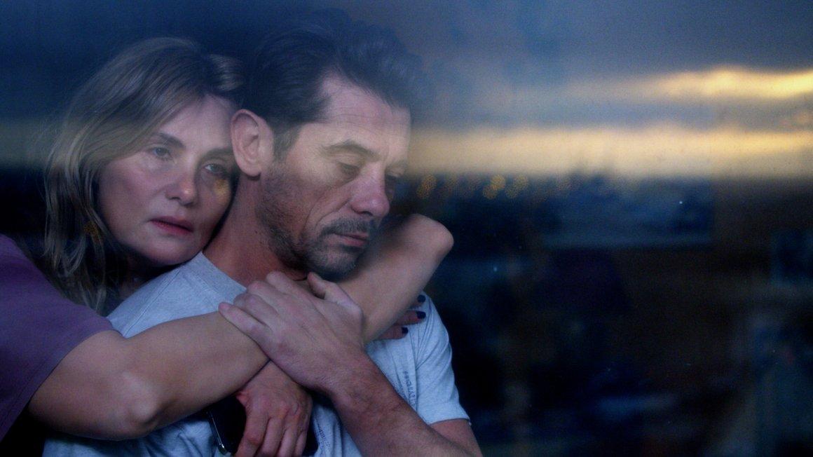 """""""Die Lebenden reparieren"""" – Simons Eltern Marianne (Emmanuelle Seigner) und Vincent (Kool Shen) stehen vor einer schweren Entscheidung"""