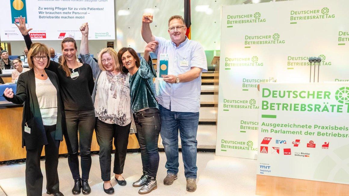 Der Betriebsrat des Helios Klinikums Salzgitter freut sich über den Deutschen Betriebsrätepreis in Gold, der ihm vom Kerstin Jerchel, Leiterin des Bereichs Mitbestimmung in der ver.di-Bundesverwaltung (links), überreicht worden ist.