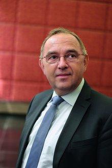Der SPD-Politiker Norbert Walter-Borjans, 66, war von 2010 bis 2017 Finanzminister in Nordrhein-Westfalen. Zuvor war er Staatssekretär und Regierungssprecher in NRW und im Saarland, Wirtschaftsdezernent und Stadtkämmerer in Köln.