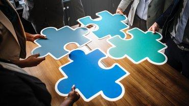 Abbildung zeigt 4 Puzzle-Stücke