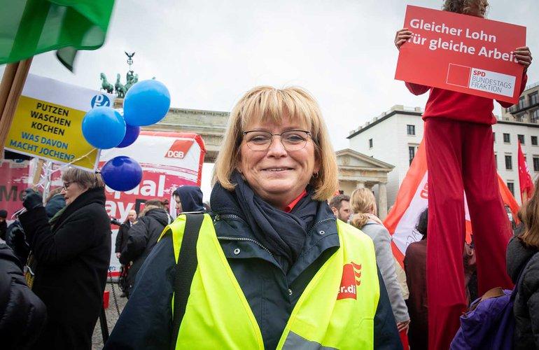 Die stellvertretende ver.di-Landesvorsitzende von Berlin-Brandenburg, Andrea Kühnemann