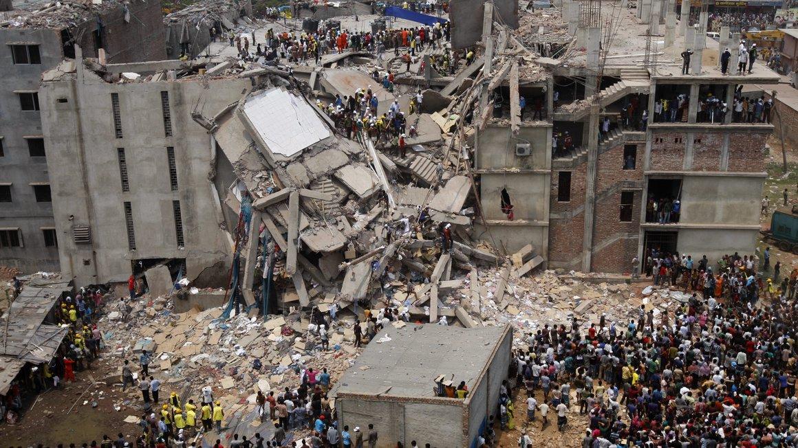 Das eingestürzte Gebäude Rana Plaza in Savar/Bangladesch. Über 1.000 Menschen wurden bisher Opfer der Trümmer
