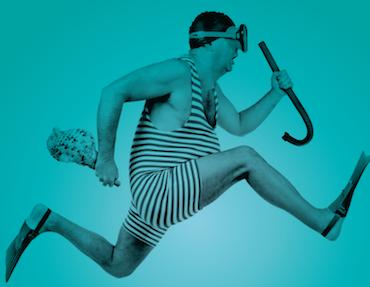 Mann im Badeanzug mit Taucherbrille und Schnorchel