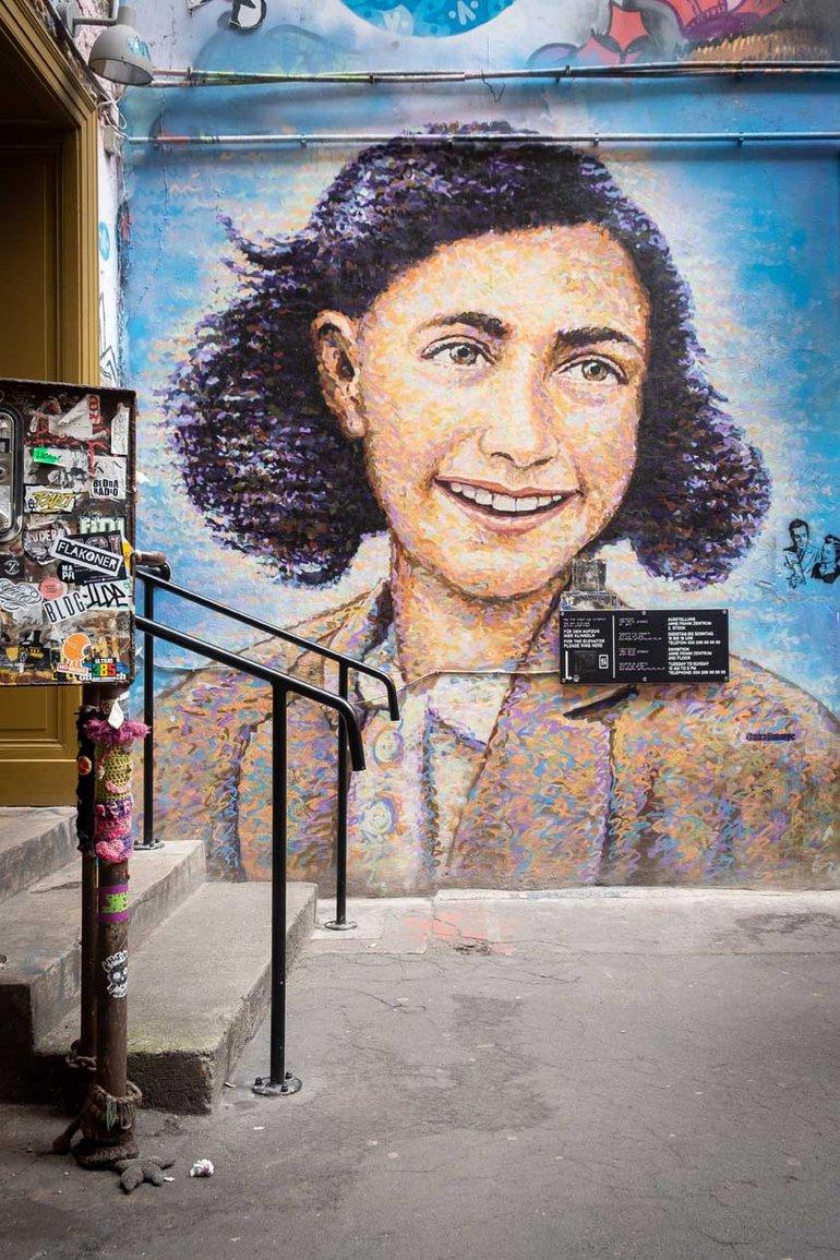 Wandbild am Eingang zum Anne-Frank-Zentrum im Haus Schwarzenberg in Berlin