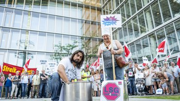 Die Lufthansa will ihr eigenes Süppchen kochen. Am 5. Juni haben die Beschäftigten ihres Catering-Betriebs gezeigt, wie sie kochen können – vor lauter Wut