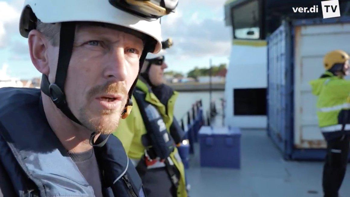 Kein ungefährlicher Job: Wolfgang Richter wartet Technik auf hoher See