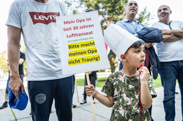 Denis ist drei Jahre alt und unterstützt seinen Opa, den Lufthanseaten Mehmet Örser