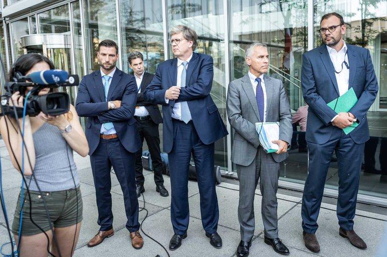Eine Handvoll Entscheidungsträger der Lufthansa mit tiefgefrorenen Gesichtern