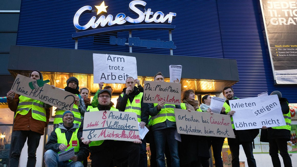 Protestaktion von Beschäftigten zum Streik im CineStar am Treptower Park in Berlin am 20. März 2019 für eine bessere Bezahlung von Kino-Angestellten