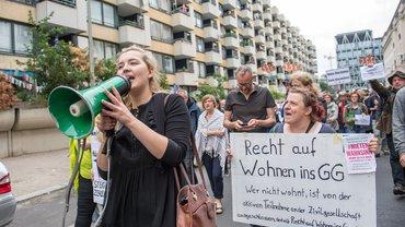 Mieter*innen eines denkmalgeschützten Wohnblocks mit 527 Wohnungen im Kreuzberger Milieuschutzgebiet demonstrierten Ende März 2019 gegen den Verkauf ihrer Wohnungen
