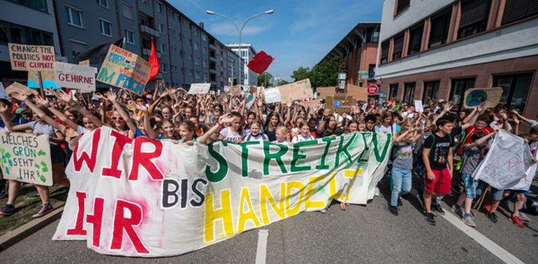 """Während die Schüler*innen wie hier in Freiburg weiterhin immer freitags für ihre Zukunft streiken, kann ver.di aus rechtlichen Gründen nicht zum Streik aufrufen. Aber """"ausstempeln und mitmachen"""" ist der Tipp des ver.di-Vorsitzenden Frank Bsirske"""