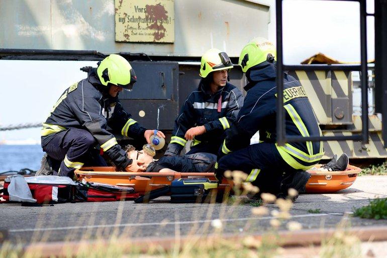 Zur Bergung einer Person zählt beim Feuerwehreinsatz auch die Erste Hilfe-Versorgung
