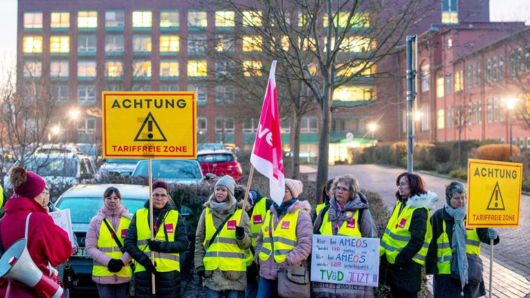 Sachsen-Anhalt, Staßfurt: Krankenschwestern des Ameos-Klinikums stehen vor dem Krankenhaus und streiken. Im Streit um bessere Arbeitsbedingungen und mehr Geld für das Personal der Ameos-Kliniken sind die Beschäftigten in Sachsen-Anhalt an mehreren Standorten in einen unbefristeten Streik getreten