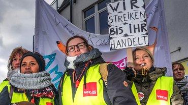 Ameos-Beschäftigte in Aschersleben am ersten Tag ihres unbefristeten Streiks, den sie mit überwältigender Mehrheit befürwortet haben
