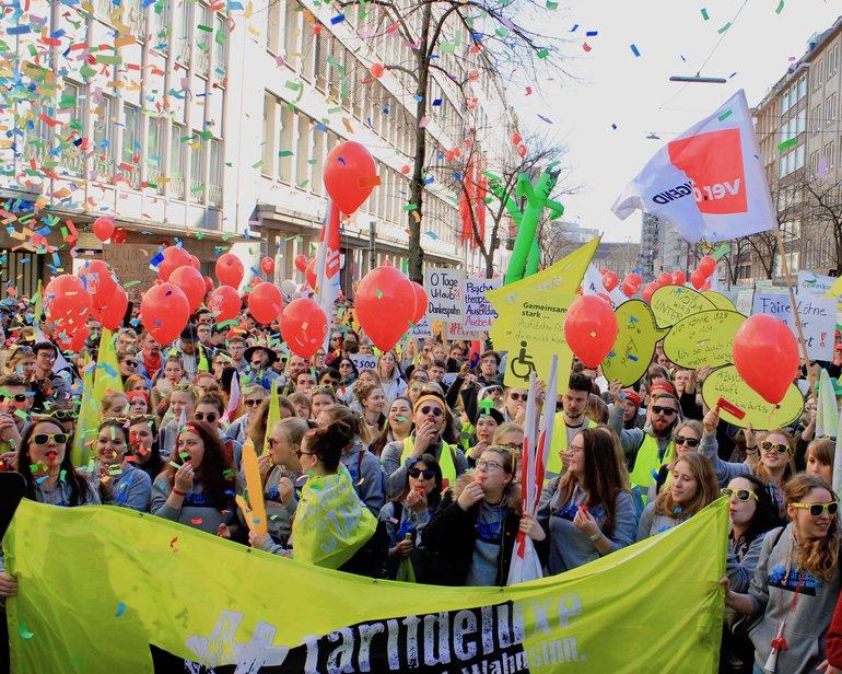 Warnstreiks in Nordrhein-Westfalen - Demozug in Düsseldorf am 26.02.2019