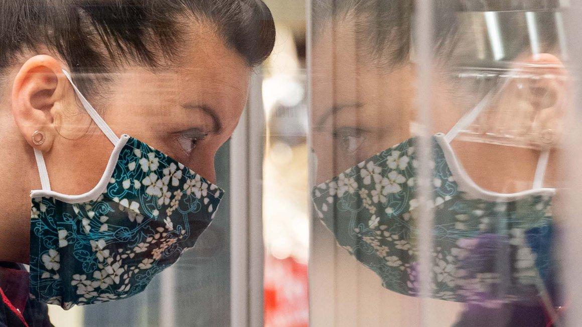 Corona: Immer mehr Menschen setzen Atemschutzmasken auf, immer häufiger auch selbstgenähte