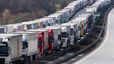 LKW stehen auf der Autobahn A4 Dresden - Görlitz bei Görlitz im Stau. Tausende Brummifahrer müssen in einem auf rund 40 Kilometer Länge angewachsenen Stau vor der Grenze zu Polen ausharren