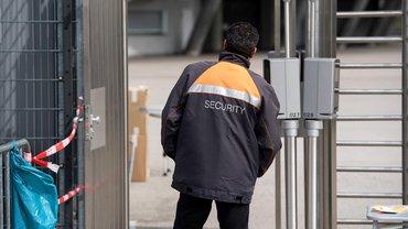 Ein Mitarbeiter von einem Sicherheitsdienst vor der Allianz Arena in München