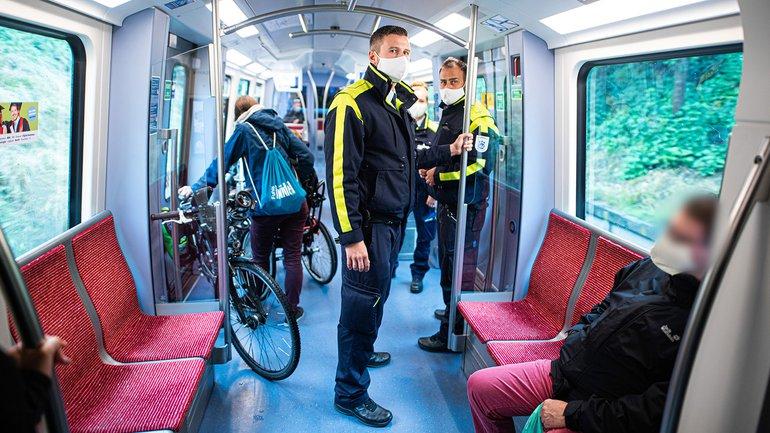 Mitarbeiter der Hamburger Hochbahn-Wache kontrollieren die Einhaltung der Maskenpflicht in einer U-Bahn. Hamburg führt eine Strafe von 40 Euro für Fahrgäste ein, die sich in Bussen und Bahnen nicht an die geltende Maskenpflicht halten oder die Mund-Nasen-Bedeckung nicht korrekt tragen.