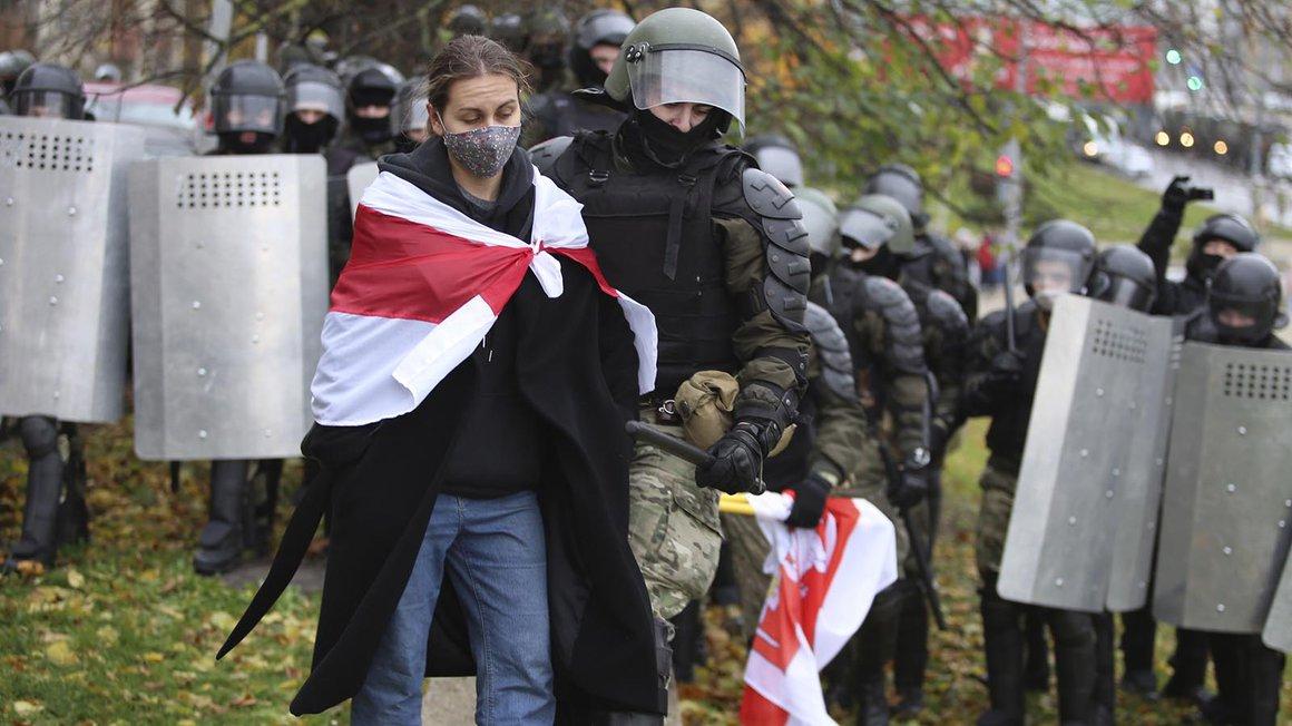 Ein Polizist verhaftet eine Demonstrantin während eines Protests der Opposition gegen die offiziellen Ergebnisse der Präsidentschaftswahlen. Uniformierte in Sturmhauben gehen in Belarus (Weißrussland) in Hundertschaften gegen Proteste gegen Machthaber Lukaschenko vor
