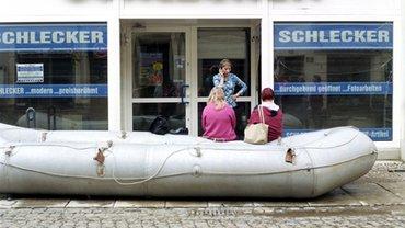 Rettungsboot vor Schlecker-Filiale