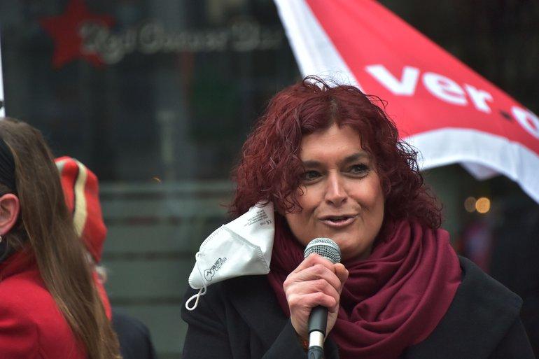 Banu Büyükavci bei der ersten Mahnwache für sie am 17. Dezember 2020 vor dem Nürnberger Gewerkschaftshaus