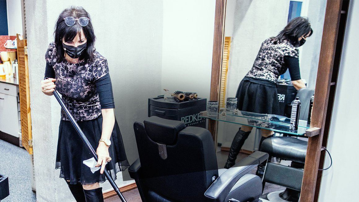 Friseurin mit Besen
