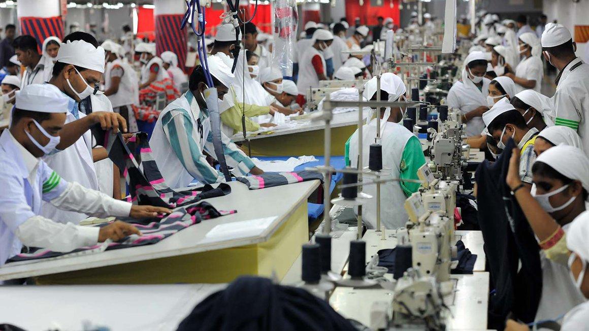 Mitarbeiter der Textilfabrik Viyellatex in einem Vorort von Dhaka arbeiten in der Produktion und nähen T-Shirts. Das Unternehmen betreibt eine Fabrik mit dem zu der Zeit höchsten Standard und hätte von einem Lieferkettengesetz nichts zu befürchten
