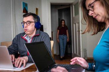 Ein Viertel der Beschäftigten im Homeoffice leidet unter Stress. Arbeit, Familie und Freizeit Zuhause zu vereinbaren, bleibt schwierig