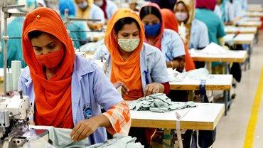 """Näherinnen in einer Fabrik des Bekleidungsherstellers """"Liz Fashion Industry Limited"""". Das Unternehmen hat die Produktion unter Einhaltung von coronabedingten Hygienemaßnahmen fortgesetzt"""