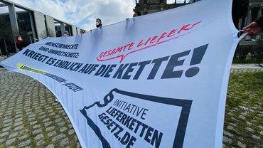 Protest zur ersten Lesung des Lieferkettengesetzes vor dem Deutschen Bundestag in Berlin