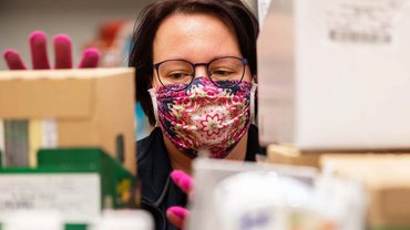 Inzwischen gelten in allen Supermärkten in Deutschland strenge Hygienevorschriften für die Beschäftigten und Kund*innen