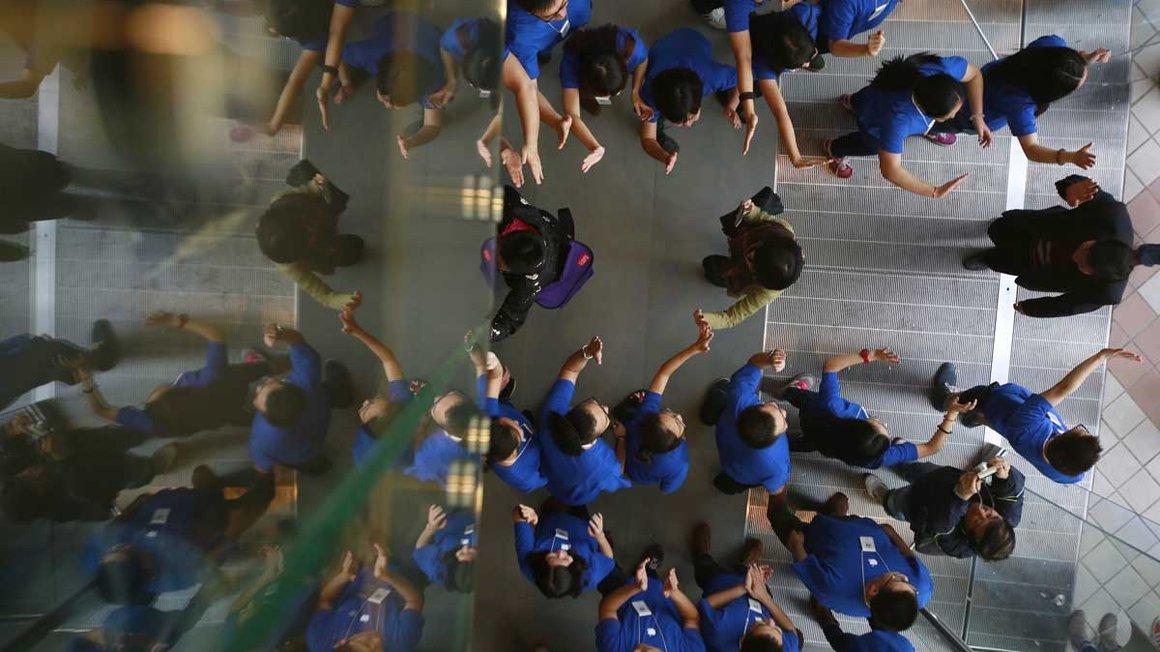 Kunden, von oben überwacht, in einem chinesischen Apple Store