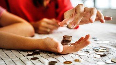 Hände mit Geldmünzen
