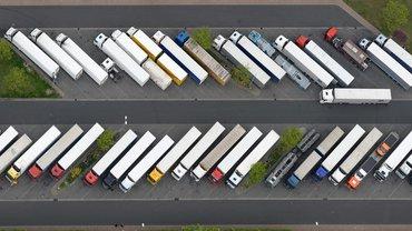 Voll besetzter Lkw-Parkplatz an der Autobahn-Raststätte Michendorf