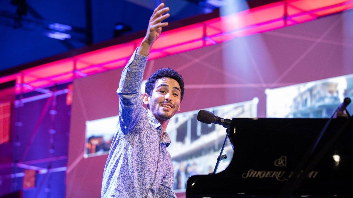 """Der Syrer Aeham Ahmad, bekannt als Pianist in den Trümmern, intoniert """"Die Gedanken sind frei""""."""