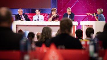 Ulrike Herrmann (re.) moderierte den Parteientalk beim ver.di-Bundeskongress