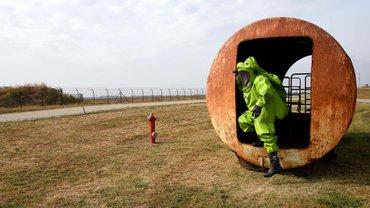 Ausgerüstet wie zu einer Marsexpedition: Übungseinsatz in einem sogenannten CSA-Anzug am Flughafen Berlin-Schönefeld