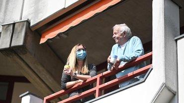 Baden-Württemberg, Leutkirch im Allgäu: Annabelle Emmermann, stellvertretende Pflegedienstleiterin, und Bewohner Siegfried Jehmlich unterhalten sich im Seniorenzentrum Carl-Joseph auf dem Balkon des Seniors