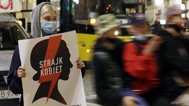 """Eine Demonstrantin in Polen hält am 2. November 2020 ein Plakat mit der Aufschrift """"Frauen-Streik"""" bei einem regierungskritischen Protest gegen die neuerliche Verschärfung des Abtreibungsrechts"""