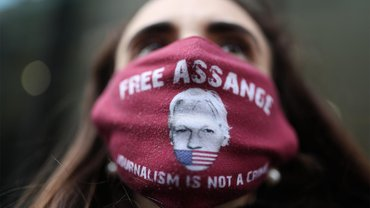 """Ein Demonstrant trägt eine """"Free Assange""""-Gesichtsmaske"""